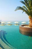 游泳池和海景 — 图库照片