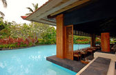 Pool and asian pavilion on tropical resort (Bali, Indonesia) — Stock Photo