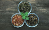 Drie kommen met geassorteerde theebladeren — Stockfoto