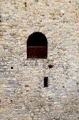Ventana en viejo muro de piedra del castillo medieval — Foto de Stock