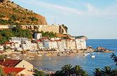 Pequeño pueblo rafailovichi y el mar adriático (montenegro). — Foto de Stock