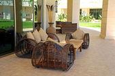 Muebles al aire libre de mimbre en resort de lujo — Foto de Stock