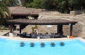 бар у бассейна курорта — Стоковое фото