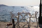 Café spiaggia con vista mare tramonto (grecia). — Foto Stock