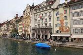 Aan het water van de rivier reuss, Luzern, Zwitserland — Stockfoto