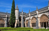Ornamental gothic archs and garden in medieval monastery(Portuga — Stock Photo