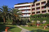 Contemporary hotel, garden and blue sky (Greece) — Stock Photo