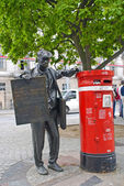 Newspapers seller sculpture in Porto, Portugal — Stock Photo