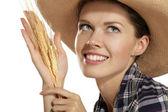 молодая женщина показаны пшеницы — Стоковое фото