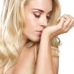 blond kobieta uroda zapach jego perfum na biały — Zdjęcie stockowe