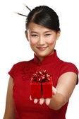 Tradycyjne azjatyckie dziewczyny wyświetlono prezent na boże narodzenie — Zdjęcie stockowe