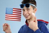 Junge männliche studenten teenager mit einer flagge — Stockfoto