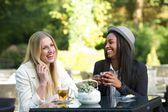 Multiculturales amigos riendo y bebiendo té — Foto de Stock