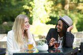 Genieten van thee in een café — Stockfoto