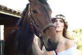 Panna młoda i jej konia — Zdjęcie stockowe