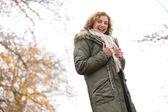 Piękne średniej wieku kobieta z uśmiechem w zimie — Zdjęcie stockowe