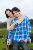 Junges Paar, Lächeln, draußen — Stockfoto