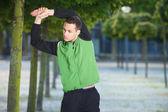 Junger mann, stretching — Stockfoto