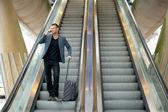 Uomo d'affari in viaggio con il telefono — Foto Stock