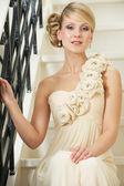 Braut im weißen hochzeitskleid — Stockfoto
