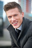 Empresario sonriendo al aire libre — Foto de Stock