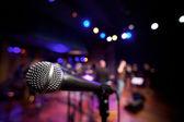 Horizontale mikrofon auf der musikbühne — Stockfoto