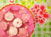 Hausgemachte Muffins mit Zuckerguss und streusel verziert — Stockfoto