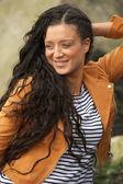 Porträt einer glücklichen jungen frau lächelnd im freien — Stockfoto