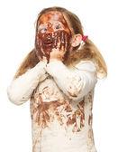 Portret śmieszne dziewczynki z brudną twarzą objęte w czekoladzie — Zdjęcie stockowe