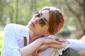 Piękna kobieta z okulary relaks na świeżym powietrzu — Zdjęcie stockowe