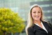 Retrato de uma mulher de negócios feliz ao ar livre — Foto Stock