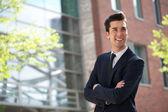 Portret młodego biznesmena uśmiechający się na zewnątrz — Zdjęcie stockowe