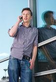 浅谈手机户外的年轻人 — 图库照片