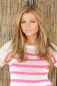 屋外で立って美しい金髪の女性の肖像画 — ストック写真