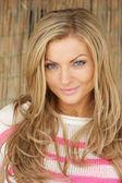 Portret kobiety przepiękny blask z blond włosami — Zdjęcie stockowe