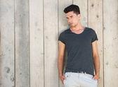 Przystojny młody mężczyzna, stojący na zewnątrz ściany — Zdjęcie stockowe