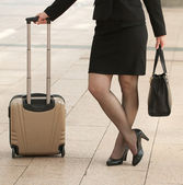 Business woman standing with bags on sidewalk — Stock Photo