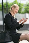 Podnikatelka odesílání zprávy z mobilního telefonu — Stock fotografie
