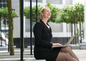Zakenvrouw bezig met laptop buiten — Stockfoto