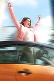 Donna avendo in piedi unno in auto con le braccia alzate — Foto Stock