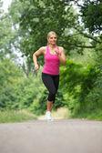 Ajuste joven corriendo en el parque — Foto de Stock
