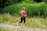 Açık havada egzersiz sağlıklı genç kadın — Stok fotoğraf