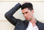 Portrét pohledného mladíka s rukou ve vlasech — Stock fotografie