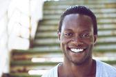 Portret van een afro-amerikaanse man die lacht buitenshuis — Stockfoto