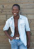 魅力的な男性モデル屋外笑みを浮かべて — ストック写真