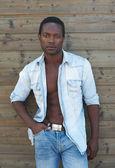 屋外で立って魅力的な男性のファッション モデル — ストック写真