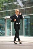 市内の携帯電話で話している女性実業家 — ストック写真