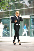 Businesswoman talking on cellphone in the city — Stockfoto