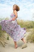 Aktivní starší ženy tančí na pláži — Stock fotografie