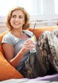 Mulher relaxar com uma bebida no restaurante — Foto Stock